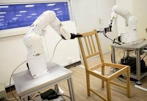 O robô montou, de forma autônoma, uma cadeira comprada na IKEA Foto: NTU Singapore