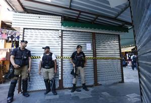 A intedição de boxes construídos irregularmente no camelódromo da Rua Uruguaiana, no Centro do Rio Foto: Pablo Jacob / Agência O Globo