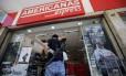 Policial Civil na entrada da loja assaltada nesta quinta-feira Foto: MARCOS DE PAULA / Agência O Globo