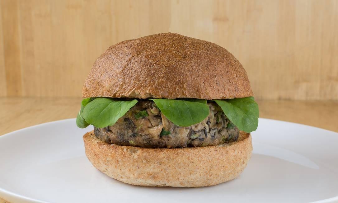 Bentô. Cogu Burger é o hambúrguer japa de cogumelos e rúcula e maionese de wasabi (R$ 29,90). R. Aníbal de Mendonça 55, Ipanema (3322-3686) Foto: Gabriel Ávila / Divulgação