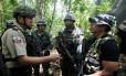 Miguel Mantilla, comandante-geral da polícia do Equador, orienta soldados na fronteira com a Colômbia Foto: FREDY BUILES / REUTERS