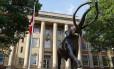 Estátua de um enorme mamute em frente a prédio da Universidade de Nebraska na cidade de Lincoln, no estado americano: estudo ligou sumiço de espécies de grandes animais como este aos padrões de migração humana à medida que nos espalhamos pelo planeta Foto: Craig Chandler/Universidade de Nebraska-Lincoln