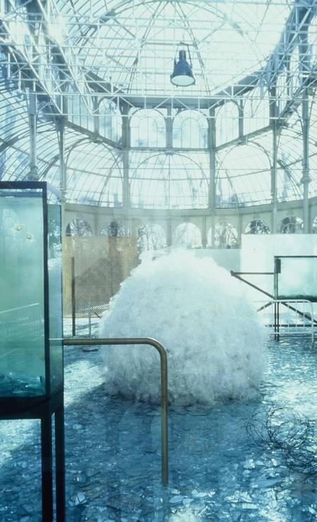 1983: 'Através': penetrável labiríntico com piso feito de vidro quebrado Foto: Divulgação