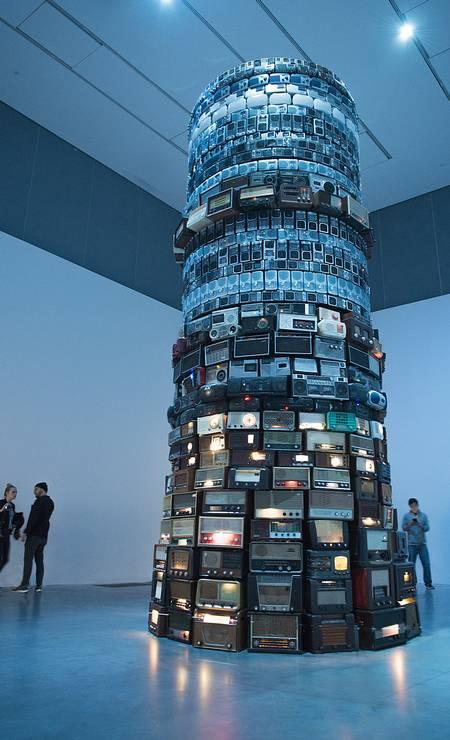 2001: 'Babel', torre feita de rádios sintonizados em estações diferentes Foto: Sophie Mutterer/Divulgação