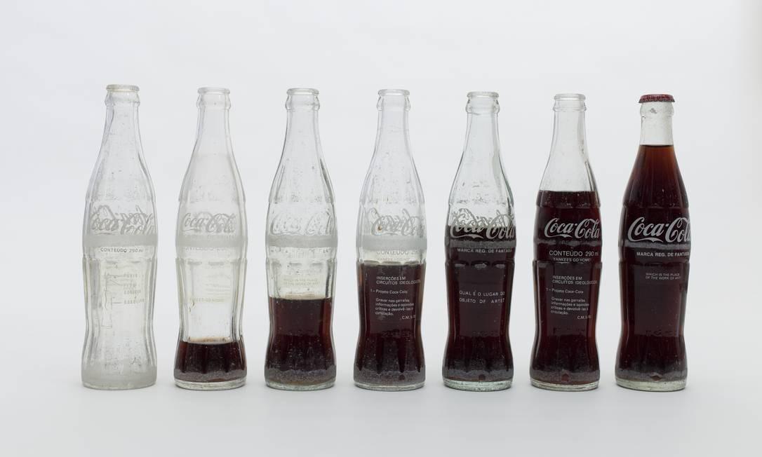 'Inserções em circuitos ideológicos': mensagem nas garrafas de Coca-Cola Foto: Pat Kilgore/Divulgação