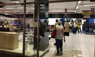 Capitalismo incipiente. Cubanos entram numa loja em uma galeria comercial em Havana: vários estabelecimentos já aceitam cartões de crédito americanos Foto: Henrique Gomes Batista