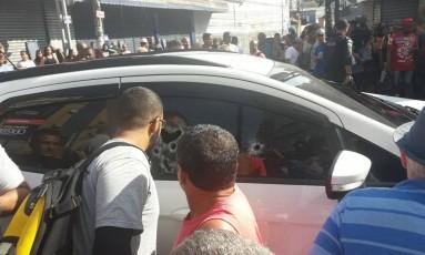 Carro fica perfurado de balas Foto: Realidade do RJ