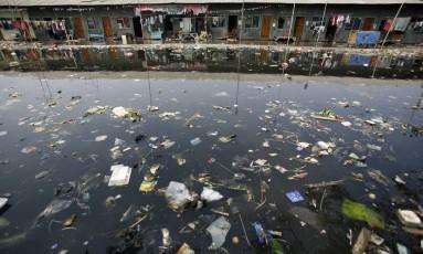 Lixo despejado em rio na Indonésia Foto: SUPRI/ 4-12-2009 / Reuters