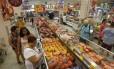 Venda de frango em supermercado: lote de produto proibido é cozido, desfiado e congelado Foto: Domingos Peixoto - Agência O Globo