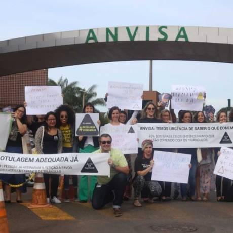 Ativistas de organizações participantes da Aliança pela Alimentação Adequada e Saudável em frente à Anvisa Foto: Divulgação