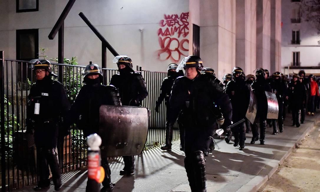 Estudantes que ocupavam campus da Sorbonne são retirados à força