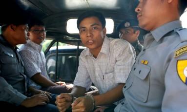 Kyaw Soe Oo e Wa Lone são transportados em viatura da polícia. Jornalistas estão presos desde dezembro Foto: STRINGER / REUTERS