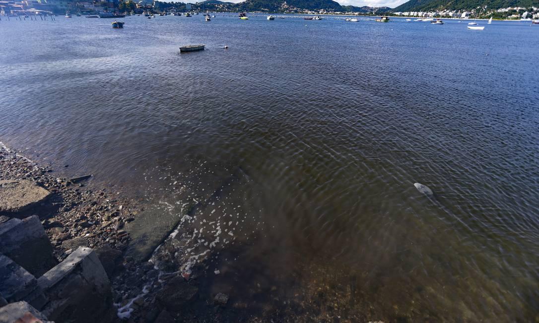 Esgoto in natura é despejado diretamente na Baía de Guanabara. Residências não estão ligadas à Estação de Tratamento existente Foto: Roberto Moreyra / Agência O Globo