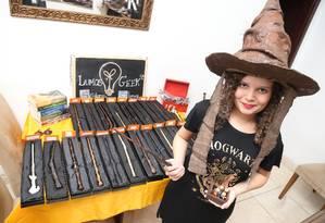 Jamilly Moraes produz artesanalmente objetos da saga de Harry Potter, mas diz que clientes também querem varinhas com design exclusivo Foto: Pedro Teixeira / Agência O Globo
