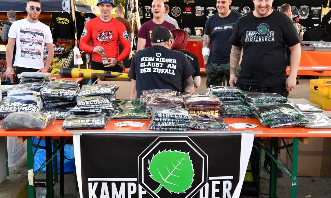 Neonazistas vendem camisas com dizeres de extrema direita Foto: JOHN MACDOUGALL / AFP