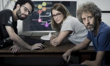 O professor Olavo Amaral (à esq), da UFRJ, e sua equipe formada pelos pós-doutorandos Clarissa Carneiro e Kleber Neves: Foto: Leo Martins