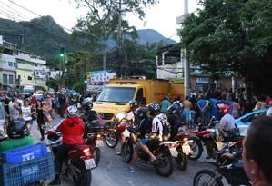 Miliciano é morto junto com outras duas pessoas na Zona Oeste Foto: Marcos Ramos / Agência O Globo