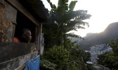 """O artista plástico Davi Brito é um dos moradores da Macega, lado mais pobre da Rocinha: """"Não preciso de dinheiro"""", diz Foto: Domingos Peixoto / Agência O Globo"""