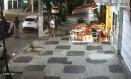 Bandido salta do carro empunhando um fuzil e o aponta para vítima em assalto a lanchonete na Rua Moreira César, num dos 39 roubos a comércio ocorridos na área da 77ª DP somente este ano. Foto: Reprodução