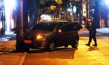 Carro roubado perto da Rua da Passagem pelo Bando, em Botafogo. Foto: Paulo Nicolella / Agência O Globo