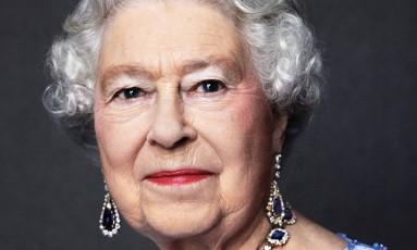 A rainha Elizabeth II usa as joias de safira que seu pai, o rei George VI, lhe deu de presente de casamento, em 1947 Foto: AFP/DAVID BAILEY / AFP