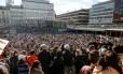 Praça em Estocolmo é tomada por fãs do DJ Avicii Foto: REUTERS
