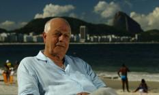 Nelson Pereira dos Santos na orla de Copacabana Foto: Mônica Imbuzeiro / Agência O Globo