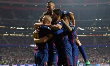 Jogadores do Barcelona comemoram o gol marcado por Iniesta Foto: LLUIS GENE / AFP