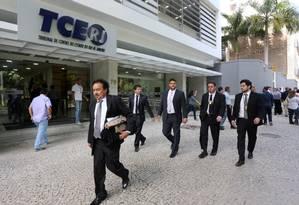 Agentes da Polícia Federal saem do TCE após busca e apreensão de documentos 29/03/2017 Foto: Guilherme Pinto / Agência O Globo