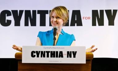 Novo papel. Cynthia Nixon em campanha em Nova York: atriz vem ganhando apoio rapidamente na disputa pela candidatura contra o governador Andrew Cuomo pelo Partido Democrata Foto: Bebeto Matthews/AP/20-3-2018