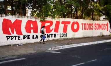 Propaganda política de Mario Benítez em rua de Assunção, no Paraguai Foto: NORBERTO DUARTE / AFP