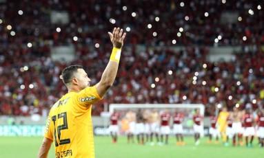 Júlio César se despede da torcida rubro-negra com grande atuação Foto: Marcelo Theobald / Agência O Globo