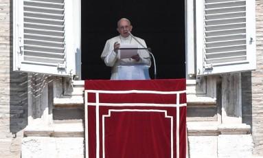 Papa Francisco rezou o Angelus na Praça de São Pedro, no Vaticano Foto: ANDREAS SOLARO / AFP
