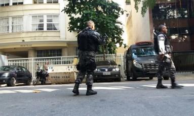PMs no acesso ao Morro da Babilônia Foto: Custódio Coimbra / O Globo