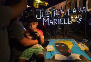 Manifestação pede a prisão dos responsáveis pela morte da vereadora Marielle Franco (PSOL) Foto: CARL DE SOUZA / AFP