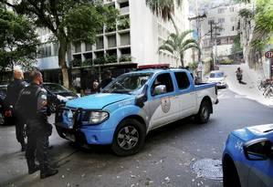 Policiais em um dos acessos ao Morro da Babilônia no último domingo, após confronto entre bandidos rivais Foto: Marcos Ramos / Agência O Globo