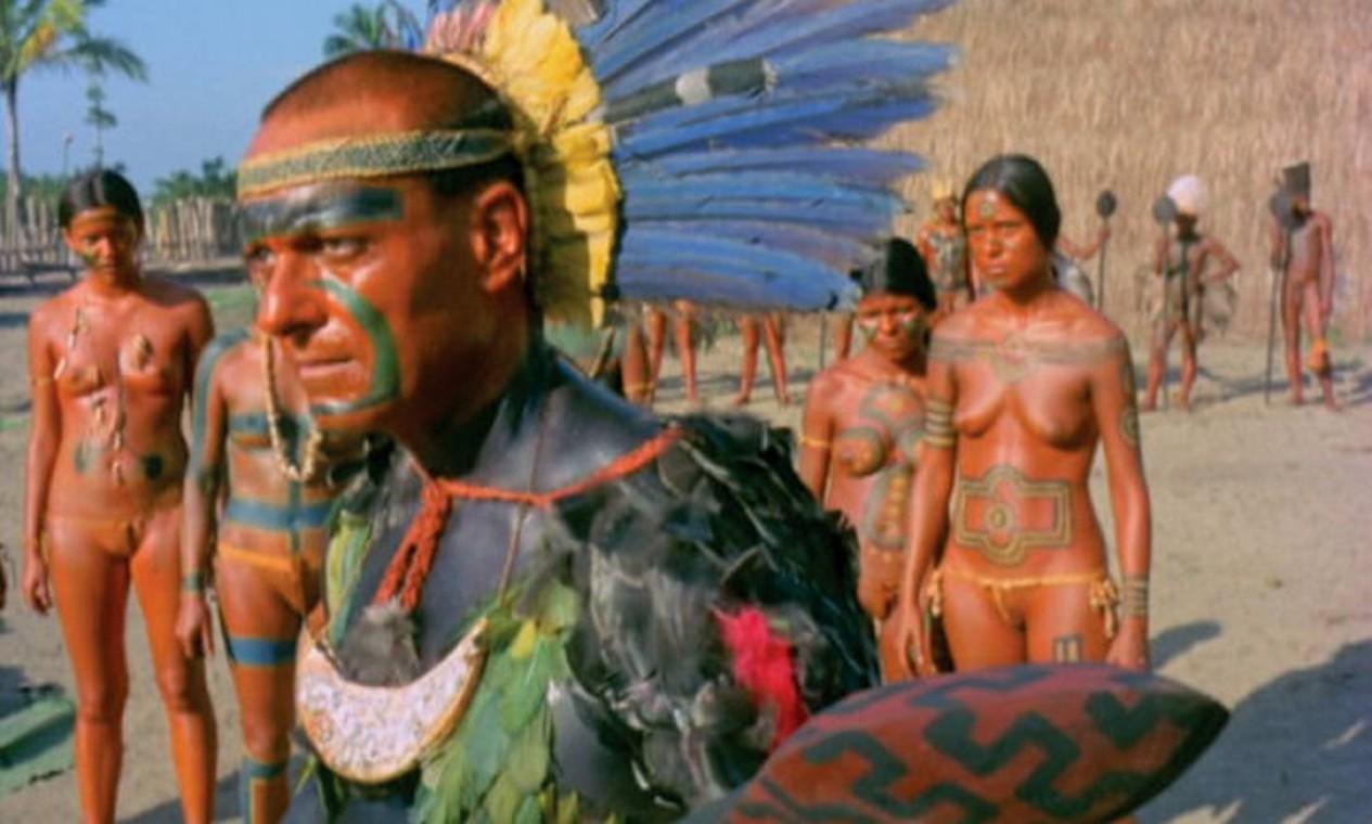 """'COMO ERA GOSTOSO O MEU FRANCÊS' (1971). Baseado nos relatos de viajantes europeus sobre as práticas canibais dos índios tupis no século XVI, Nelson mergulha na antropofagia. Concluída no auge da ditadura, a produção acabou proibida (oficialmente, devido ao """"excesso de nus masculinos"""") e só foi liberada em 1972 — ainda assim, com muitos cortes. Ao contar a história de um almirante capturado por índios, o longa faz uma analogia mordaz com os prisioneiros políticos do governo militar. Foto: Reprodução / Agência O GLOBO"""