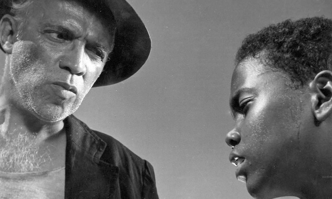 """'RIO, 40 GRAUS' (1955). Inspirada pelo neorrealismo, é uma das obras inaugurais do cinema moderno brasileiro. Na contramão das grandes produções da Vera Cruz na época, Nelson usou a precariedade técnica como conceito estético e ensinou a toda uma geração de cineastas que era possível contar histórias com poucos recursos, atores não profissionais e cenários externos. O que veio dar no """"uma câmera na mão e uma ideia na cabeça"""" de Glauber Rocha e do Cinema Novo. O filme é um semidocumentário sobre cinco garotos de uma favela do Rio. Foto: Reprodução / Agência O GLOBO"""