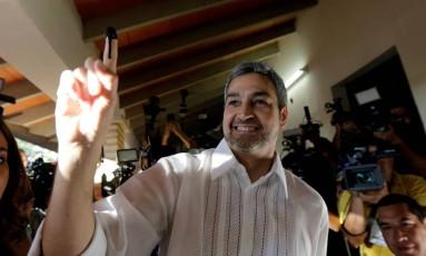 Mario Abdo Benitez mostra dedo sujo de tinta ao votar em Assunção Foto: MARIO VALDEZ / REUTERS