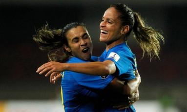 Mônica e Marta comemoram um dos gols sobre a Argentina Foto: CLAUDIO REYES / AFP