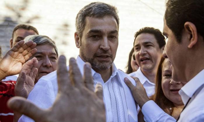Marito Abdo é saudado por eleitores e apoiadores ao votar em Assunção Foto: EITAN ABRAMOVICH / AFP