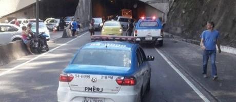 Carros da polícia no Túnel Santa Bábara após policial ser baleado por bandidos Foto: Reprodução/redes sociais