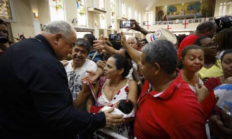 Dom Orani abençoa bebê na Igreja de São Jorge, em Quintino Foto: Pablo Jacob / Agência O Globo