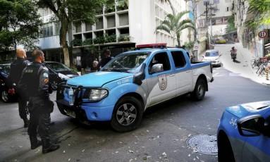 Policiamento na subida do Morro da Babilônia, no Leme Foto: Marcos Ramos / Agência O Globo