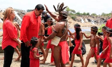 Ao lado da mulher, Cilia Flores, Maduro deu partida na sua campanha à reeleição em uma cerimônia indígena, no estado de Bolívar Foto: FELICIANO SEQUERA / AFP/ Presidência da Venezuela
