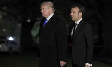 Presidentes dos EUA, Donald Trump, e da França, Emmanuel Macron, nos jardins da Casa Branca Foto: Manuel Balce Ceneta / AP