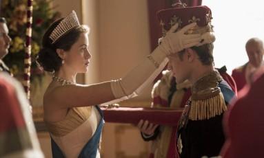 Claire Foy e Matt Smith em cena da segunda temporada de 'The crown' Foto: Robert Viglasky / Divulgação