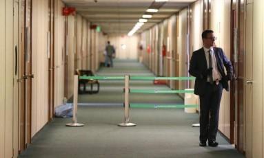 Com luvas pretas, agente da Polícia Federal faz buscas no gabinete do senador Ciro Nogueira Foto: Aílton de Freitas / O GLOBO
