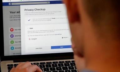 O Facebook enfrenta escândalo sobre como gerencia informações pessoais dos usuários Foto: Jeff Chiu / AP
