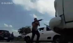Policial com fuzil em perseguição a bandidos na Avenida Brasil Foto: Reprodução